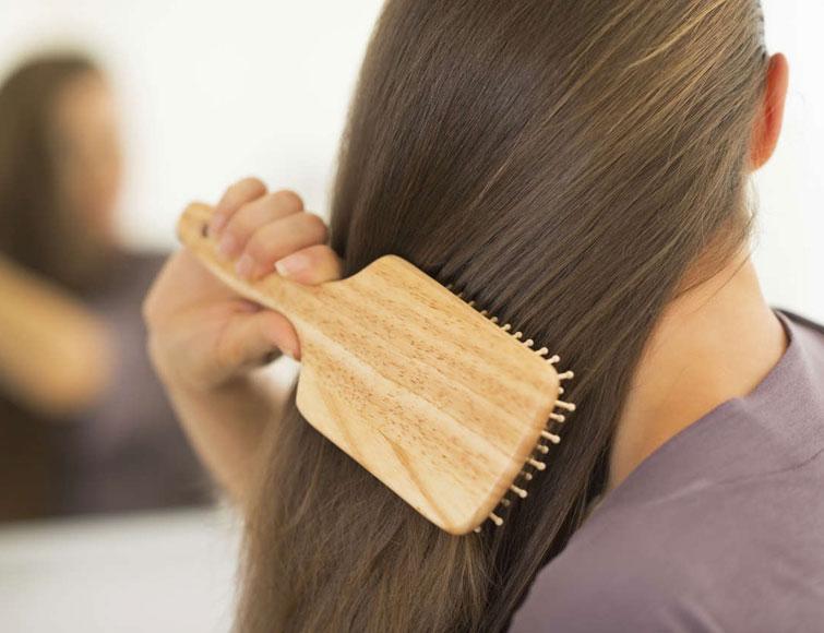 कंघी का इस्तेमाल आपके बालो के लिये हो सकता है बेहद नुकसानदायक