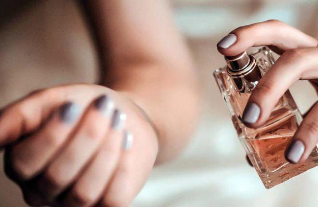 perfume-spraying-in-hand